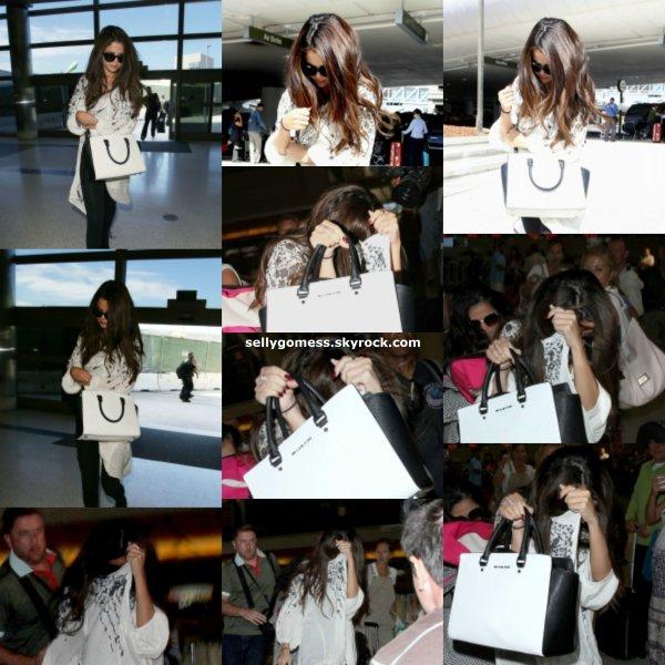Le 27/08/13 Selena à été aperçu à l'aéroport de LAX à Los Angeles