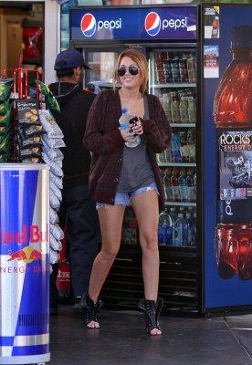 Miley Cyrus s'achète une boisson