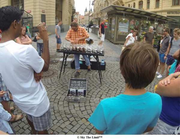 Musicien jouant avec des verres à eau