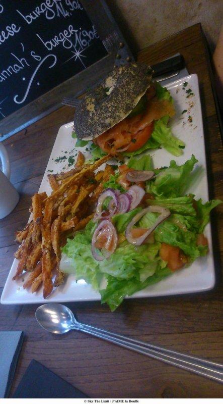 bagel saumon accompagné de frites patates douce et de salade Savannah Coffee - rue de turennes paris