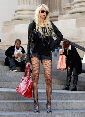 Aperçu, Jenny Humphrey, sur les marches du Met.