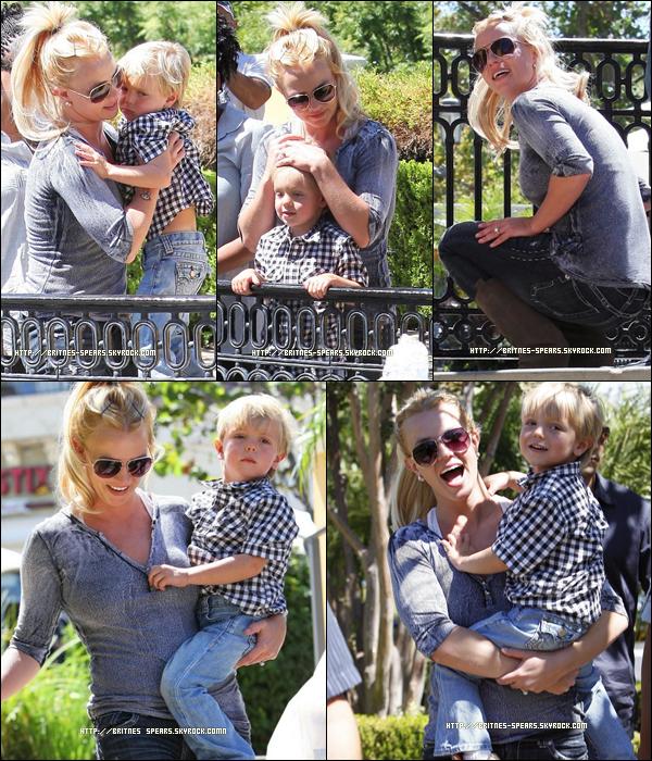 .10/09/10 : Britney & Jayden vont déjeuner à Johnny Rocket à Calabasas !  .