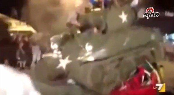 Italie: un footballeur de l'Atalanta écrase des voitures avec un tank