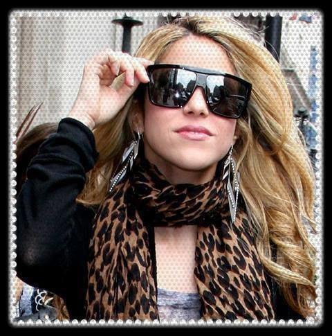 Shakira a le plus beau corps et les plus belles formes avec un gout particulier pour le port de Lunettes