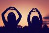 Le monde est grand, l'amitié est immense.…