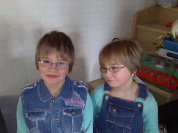 ma soeur emelyne qui est a droite et moi a gauche