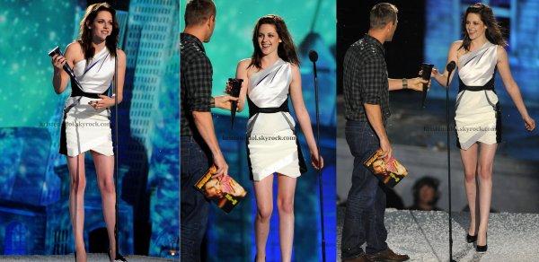 ______________________________  Samedi 16 Octobre 2010  ______________________________ Kristen était présente aux Spike TV's Scream Awards. ______________________________ Votre avis  robe/maquillage? Pour ma part j'aime les deux :)  _____________________________________