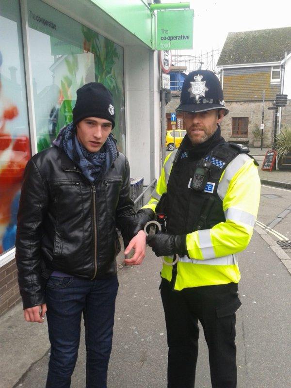 regarder le savoir fair de la police anglaise, le pire cest quil a pas regarder se que je tenais dans la main. x)