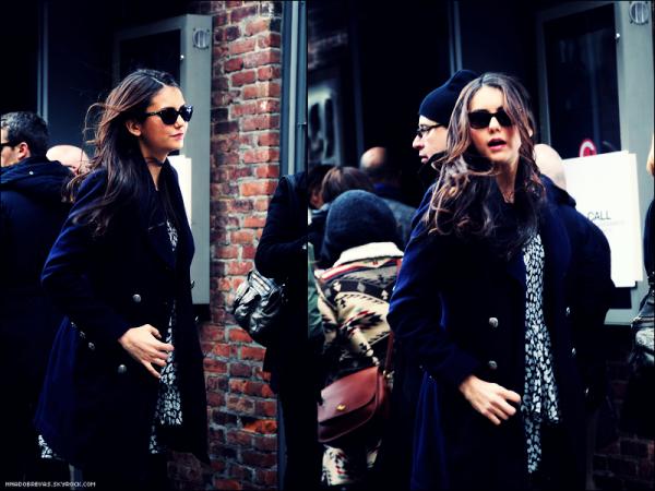 .  13.02 Nina se rendant au défilé d'automne DKNY et au défilé avec Ashley Greene    .