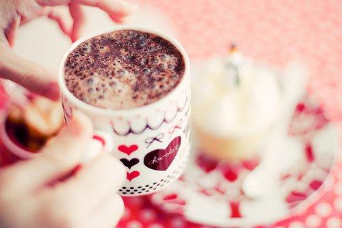 •Noël est là, Ce joyeux Noël, des cadeaux plein les bras, Qui réchauffe nos c½urs et apporte la joie, Jour des plus beaux souvenirs, Plus beau jour de l'année.•