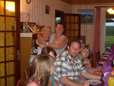 Voici ma maman avec ma marraine et mon cousin en gros plan