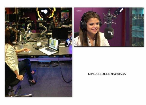 • 22/05/13 :  Selena arrivant au Studio BBC Radio 1 à Londres.
