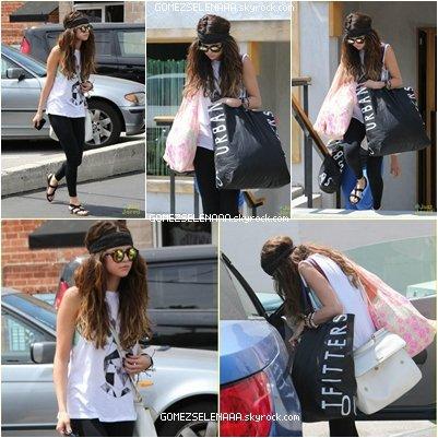 • 01/06/13 :  Selena à était vu faisant du shopping dans Studio City à Los Angeles. Elle s'est arrêter à  Urban Outfitters  et  Free People .