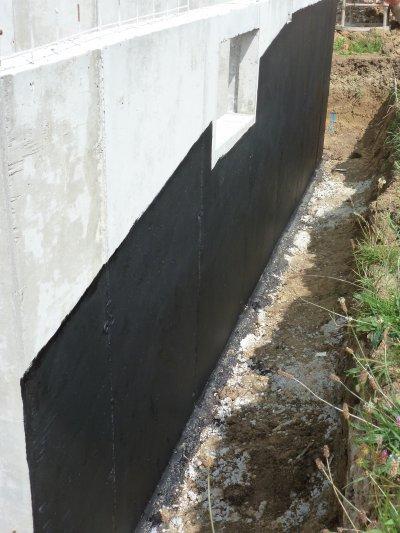 Mise en place du goudron sur les murs de cave en août