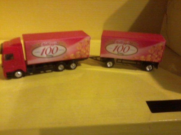 Un camion remorque Mercédès avec caisses amovibles
