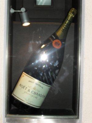 grosse bouteille de champagne 5l j 39 veux bien la boire mais j 39 aurais besoin d 39 un coup de mains. Black Bedroom Furniture Sets. Home Design Ideas