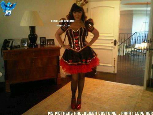 TWITTER : Kendall a posté une photo sur son twitter officiel de sa mère Kris Jenner dans son costume d'Halloween.  Et toi ? Tu la trouve comment ? Je trouve Kris trop géniale ! Elle doit être cool comme mère xD