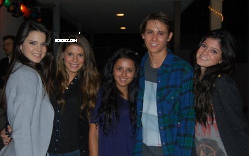 PHOTO PERSONELLE : Voici une nouvelle photo de Kendall, Kylie et des amis.  Et toi ? Tu les trouve comment ?