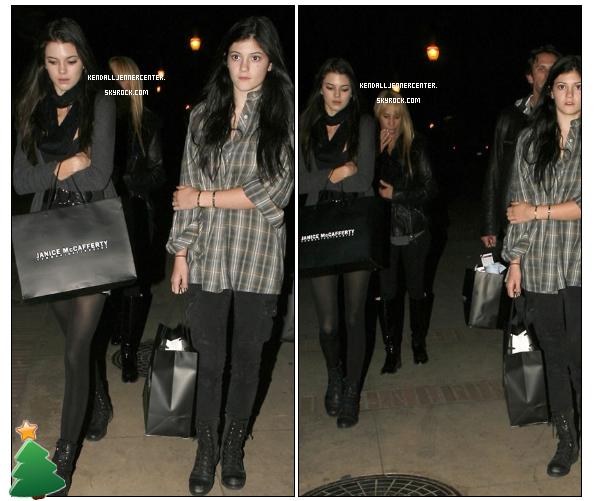 CANDIDS : 09.12.2010. Kendall et Kylie sortant de The Nutcraker. J'aime beaucoup sa tenue :)  Et toi ? Comment la trouves-tu ?