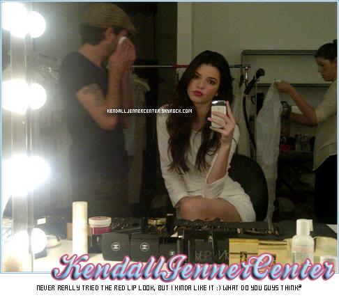 TWITTER TIME :  Kendall a posté une nouvelle photo sur Twitter. Elle est sur le set d'un photoshoot qu'elle réalisera avec Kylie, Kim, Khloe, Kourtney et Kris.   Ton avis ? Es-tu préssé de voir ce photoshoot ?