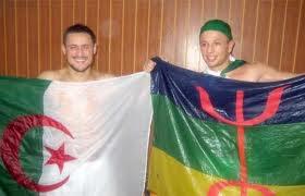 les joeur d'équipe nationla algerien karim ziani et ghilasse kamel les deux sont des kabyle avec le drapeax algerien et bérbére.