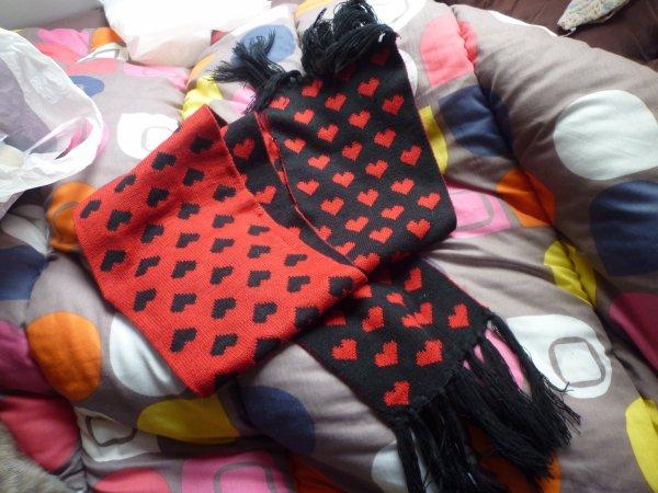 Echarpe rouge et noire à coeurs :) Kawaiiiii !! :)