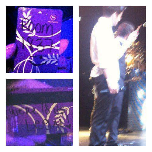 """Hier soir 2 fans on jettes leur clef de chambre d'hotel sur scène. Zayn les a ramassées , dessus il y avait ecrit: """" On a 18 ans , c'est legal """" , puis il a rit."""