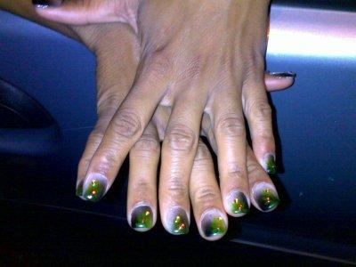 Pose d\u0027ongle mains gel 17 (capsule gel décos feuille de maka vert jaune noir  strass rouge jaune)