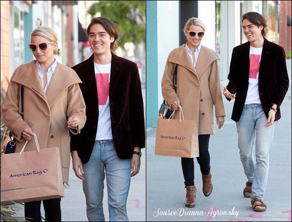 ☆ 18.11.12 : Dianna à été vu faisant les boutiques avec un ami à LA !  J'aime vraiment son manteau, elle est canon avec :) ( je vais lui chourrer. )