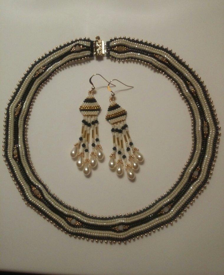 """parure """"sagarika"""" tissée au moyen de perles japonaises, les miyukis, vous la trouverez exposée au comptoir des créateurs du 30 Mars au 10 Avril, à St Arnoult En Yvelynes dans la galerie du Hyper U. N'hésitez pas à venir nous rendre visite!"""