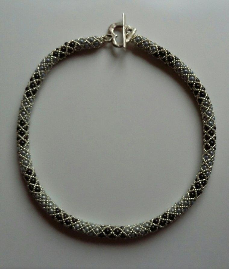 Bicolore gris clair gris foncé.