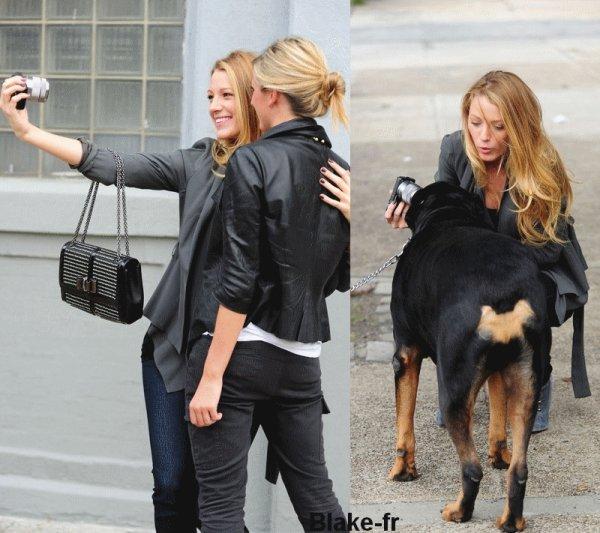 6.10 Blake a été aperçue aujourd'hui même, alors qu'elle se promenait dans une rue de New York City, elle s'est arrêtée pour prendre quelques photos avec une fan et un gros chien ^^