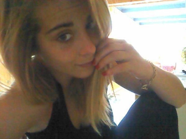 Il joue avec mon coeur il triche avec ma vie, Il a des mots menteurs et moi je crois tout ce qu'il dit ..