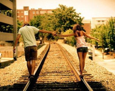 Ne lui lâche pas la main. Ne la laisse jamais aller. Garde-la aussi longtemps que tu pourras. Fait ton bonheur avec elle maintenant, demain elle ne sera peut-être même plus là.