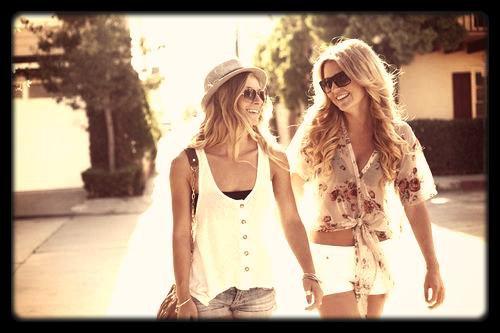 Quand tu n'arrives plus à te passer du sourire d'une personne, que son rire est ta mélodie préférée, que ces yeux sont ta couleur favorite, que ces bras sont ton repère, ne cherche pas plus longtemps. Tu es amoureux de cette personne. Il n'y a aucun doute. Absolument aucun.