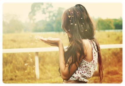Mais des fois j'suis triste et je sais pas pourquoi. Puis après je comprend que c'est parce-qu'il y a quelqu'un qui me manque.