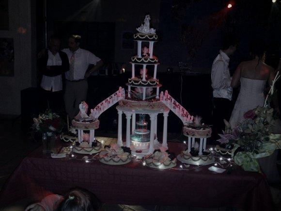 tres joli presentoir de mariage qui permet davoir de nombreux et diffrents gteaux de votre choix dans un ensemble romantique avec fontaine - Presentoire De Gateau De Mariage
