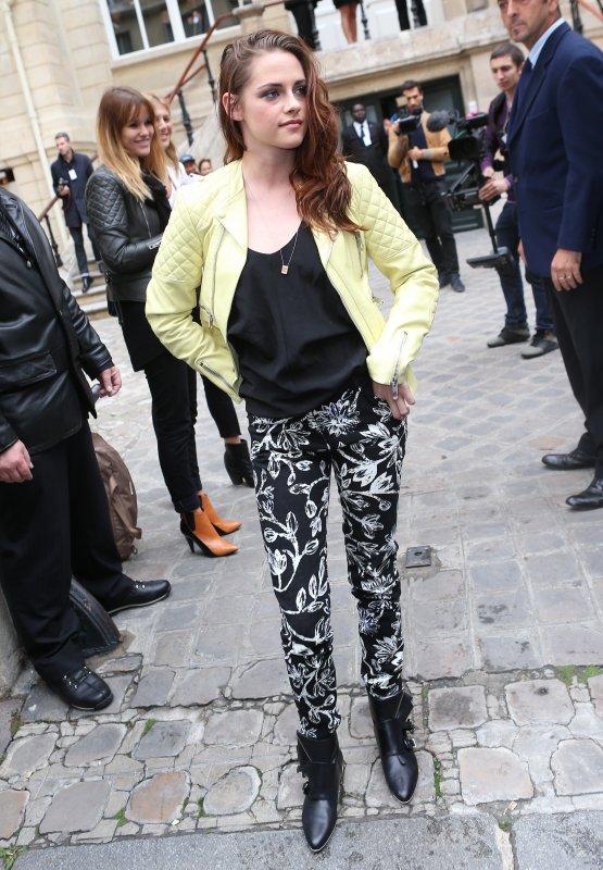 """Kristen Stewart  à Paris  pour de le défilé de """"Balenciaga"""""""