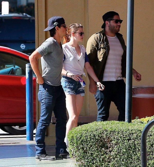 Kristen Stewart et Taylor Launter de sorti avec des amis  le 12 Mars