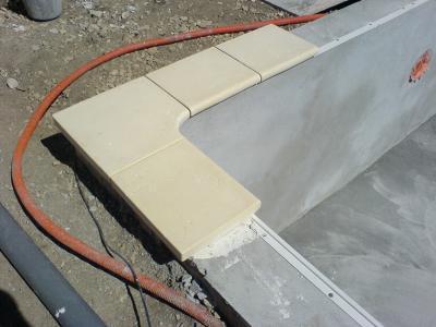 Pose des fameuses margelles sur rail de maintien du pvc for Pose liner pvc arme