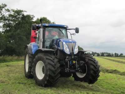 new hollande t7070 blue power a l'ensillage d'herbe