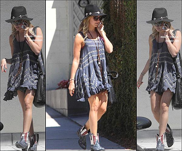 24/07/2012 : Ashley a été vu quitant le Margarita Mix Studios à Los Angeles.