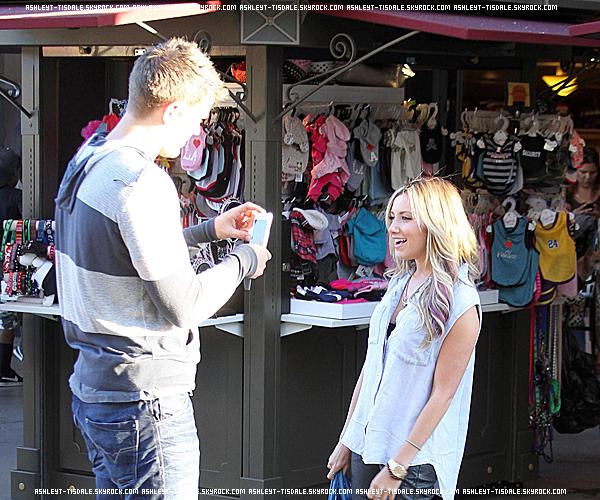 """27 Juillet 2012 :""""Le couple a été vu arrivant au cinéma """"Grove"""" se trouvant dans West Hollywood. .De plus, Ashley a fait une vidéo pour ses fans ! . Elle est gentille, non ? ."""