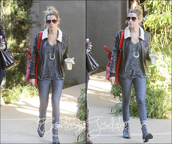 13 Novembre : Ashley a été aperçu, faisant les boutiques à Studio City ! Je la trouvretrèsjolie avec sa veste en cuir pour moi c'est un top et vous?