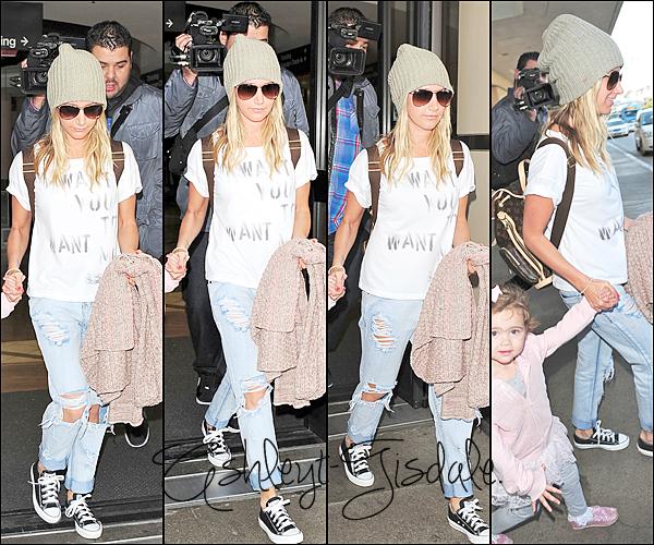 25 Novembre : Ashley a été repéré arrivant à l'aéroport de LAX avec sa famille.