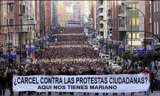 RÉPRESSION CONTESTATION : PROJET LOI DÉNONCÉ EN ESPAGNE Par Gilles Klein le 12/01/2014 - 12h26 - lu Limitation du droit de manifestation en Espagne. Le projet de loi de Sécurité Citoyenne (Ley Seguridad Ciudadana) adopté par le gouvernement conservateur de Mariano Rajoy est dénoncé par une partie des Espagnols qui y voit une tentative d'asphyxie financière des mouvements de contestation sociale en prévoyant de lourdes amendes, en plus d'éventuelles peines de prison.