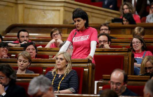 Espagne : un mandat d'arrêt contre une dirigeante indépendantiste catalane La Cour suprême a ordonné, mercredi, l'arrestation d'Anna Gabriel, qui ne s'est pas présentée à sa convocation. Mais la dirigeante indépendantiste catalane a annoncé, mardi, son installation en Suisse.   En savoir plus sur http://www.lemonde.fr/europe/article/2018/02/21/espagne-un-mandat-d-arret-contre-une-dirigeante-independantiste-catalane_5260385_3214.html#1t651BqBO4rZx462.99