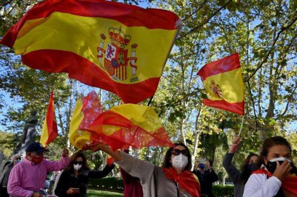 En Espagne, Madrid et une quarantaine de villes du pays sont fermées pour limiter la propagation du Covid-19 Plus de 600 communes espagnoles ont dû appliquer des mesures de restriction des activités commerciales et des réunions sociales pour freiner la seconde vague de l'épidémie.  Par Sandrine Morel Publié le 13 octobre 2020 à 10h50 - Mis à jour le 14 octobre 2020 à 11h09