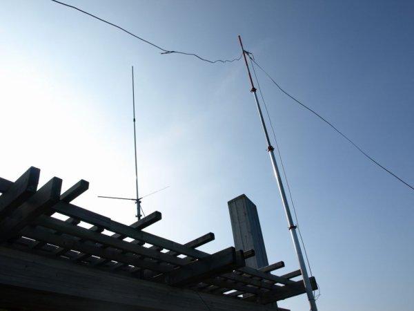 73 les copains    Merci pour la répétition des caillettes voici comment je vois le déroulement pour le 31 5 14  Rendez-vous au belvédère des caillettes pour 8h  Installation sur le belvédère des caillettes de la VHF et UHF transport du matériel par un maximum de personnes vues les marches à monter Temps prévu 20 minutes pour monter et être opérationnel  Un opérateur restera sur place pour garder le matériel les autres redescendront installé antenne et station HF  toujours pour information le début des essais simulation a commencé à 2h30 .  Pose de l'antenne 20 minutes installation de la Station 5 minutes   réglage de la boîte d'accord a été fait en 15 minutes  sur 80 mètres tune 0 load 10  sur 40 mètres tune 7 load 12  sur 20 metres tune 7.5 load 7  sur 15 mètres tune 8 loade 9  ce ne sont que des préréglages on a vu qu'avec cette antenne sur 10 m en direct et sur 20 mètres en direct maximum à 1/5   toujours pour information Belvédère des caillettes  Jn17dx activez par le radio club f5kia/  Prendre aucun risque pour installer le matériel  prévoir son or-sac et ses chaises pour le pique-nique du midi     Acheminement du matériel    Jean prendra en charge la VHF directive et omnidirectionnelle plus les batteries  Sébastien s'occupera l'abris de la Station d une table de ses chaises de l'installation de ruban de sécurité extincteur voir aussi une pelle  François s'occupera outillage ruban adhésif  sangles pour maintenir les mats groupe électrogène essence rallonge 50 mètres  table pour supporter la station coaxial pour la VHF adaptation pl  Christian s'occupera de la station HF installation avec son matériel et PMR