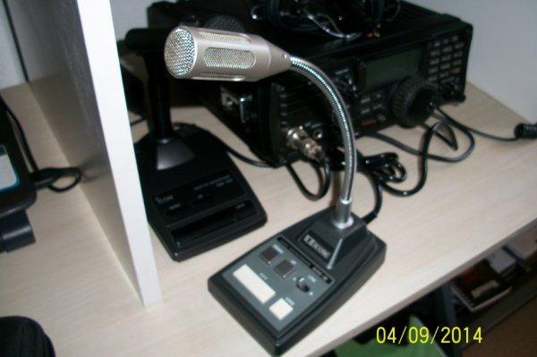 moi j'ai acheter ceux micro Icom SM-8 qui trais rare a trouvé  je les acheté  dans un brocante Radio Amateur il et neuf a jamais servi comme il y a deux sorti un pour icom 7200 un pour YAESU -897 OU FT_857